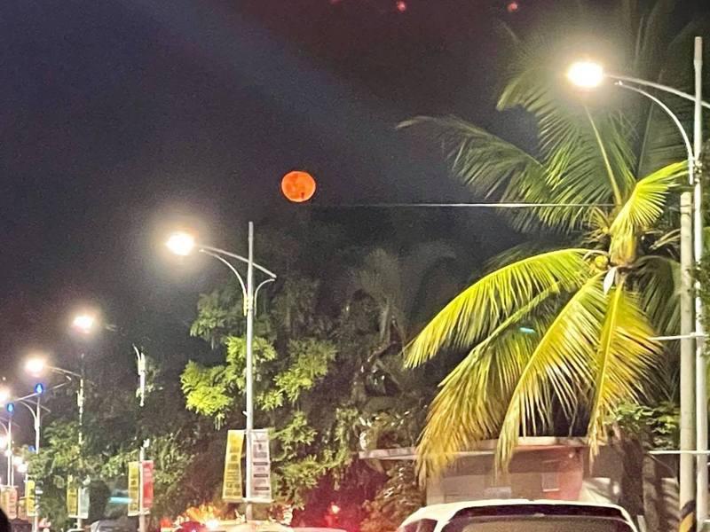 民眾拍下了「血月」照,引起不少民眾恐慌,但中央氣象局曾解釋太陽光在經過地球大氣層時,藍色光會散射掉,但通過地球大氣的折射效應,陽光中的紅色光線會偏折到沒有陽光直照的月球表面,所以全食時的月亮看起來就是似血的暗紅色,並非不祥之兆。 圖/綠豆嘉義人
