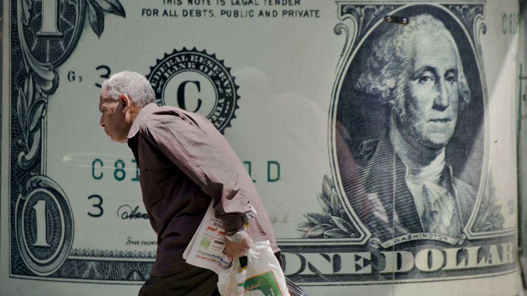 美元指數2020年跌幅超過6%,許多交易員押注美元還會進一步貶值。 圖/美聯社