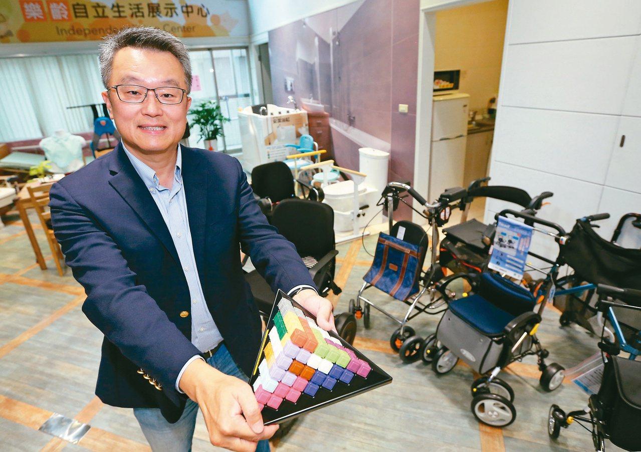 張慶光在總部成立樂齡自立生活展示中心,各式精緻輔具延緩失能,幫助爺奶生活有品質。...