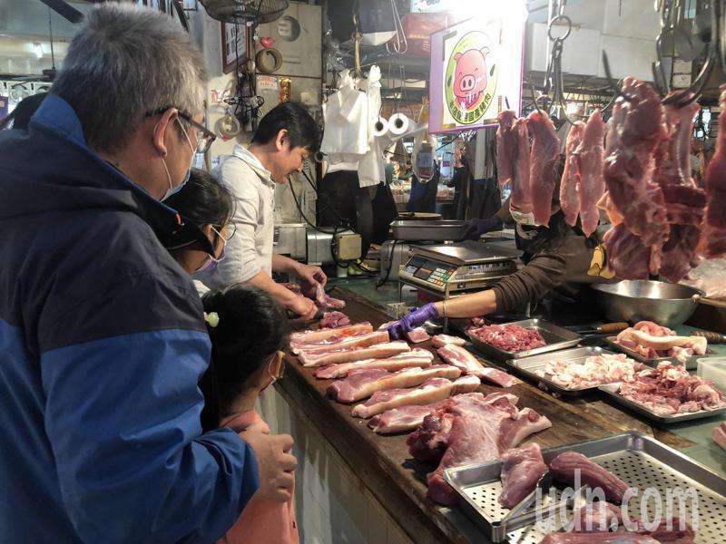 有網友PO文表示,菜市場賣菜或賣肉的收入都很高,掀起大批網友熱烈討論。 示意圖/聯合報系資料照片