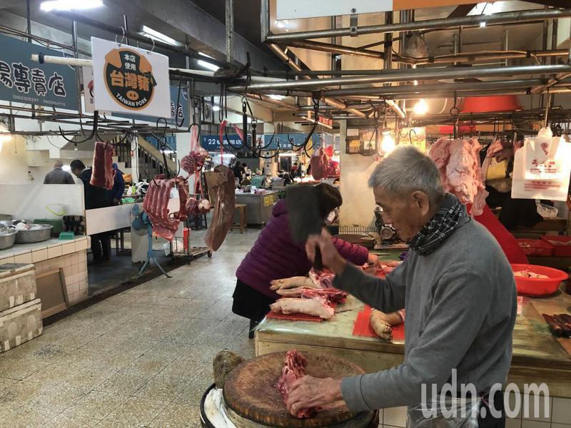 政府開放萊豬進口,傳統攤商擔心買氣受影響,自力救濟。記者周宗禎/攝影