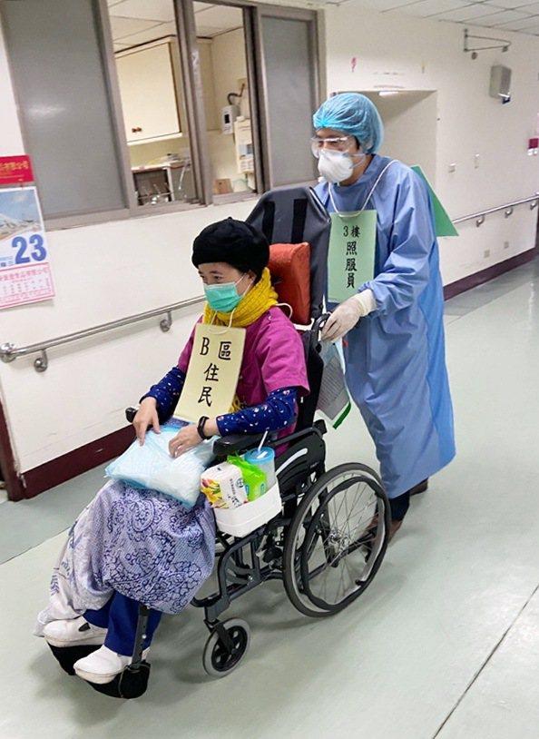 防疫演練中,照服員以輪椅將長者迅速撤離,避免在室內造成感染風險大增。圖/縣府提供