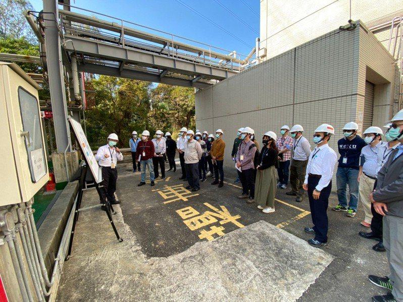 台南市環保局安排多家高科技電子零組件製造業者,參訪群創光電之NMP回收再生系統。記者鄭惠仁/翻攝