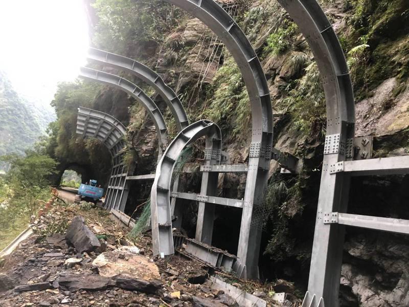 太管處在中橫公路舊道禪光寺至新長春橋間路段施做防落石棚工程,上月底被落石砸壞部分設施,工程將展延。圖/太管處提供