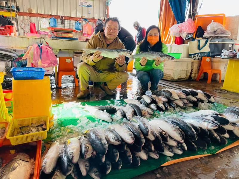 彰化縣議員賴清美(右)今天一大早就到線西塭仔港,分享船老闆黃智仁捕獲上千烏魚的喜悅。圖/賴清美提供