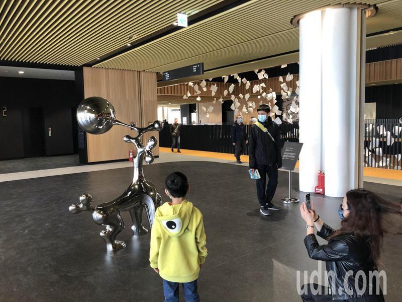 市圖新館有全新的自動化借還書機器,多項新穎設施,吸引許多民眾搶先體驗。記者周宗禎/攝影