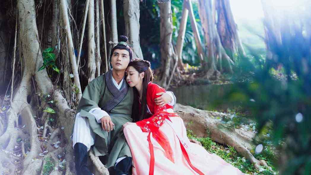 賀軍翔(左)第一次在台劇中扮古裝,拍談情說愛戲,最怕頭套歪掉。圖/三立提供