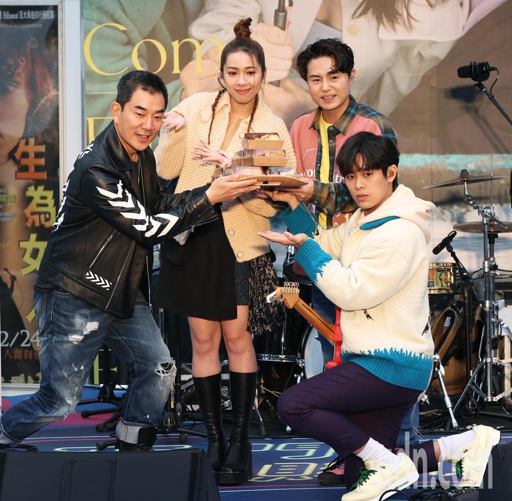 吿五人今天在西門町舉辦簽唱會,任賢齊(左)帶來肉桂捲出其不意前來祝福。記者潘俊宏...
