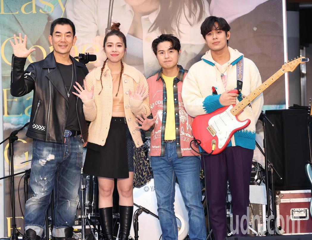 吿五人今天在西門町舉辦簽唱會,任賢齊(左)出其不意前來祝福。記者潘俊宏/攝影