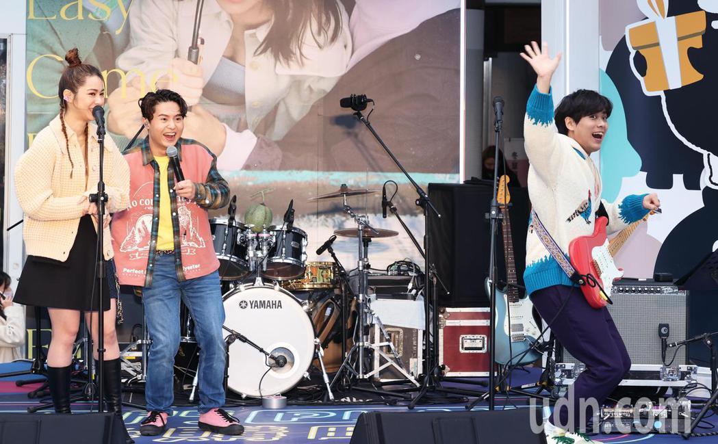 吿五人今天在西門町舉辦簽唱會,開心與粉絲歌迷見面。記者潘俊宏/攝影