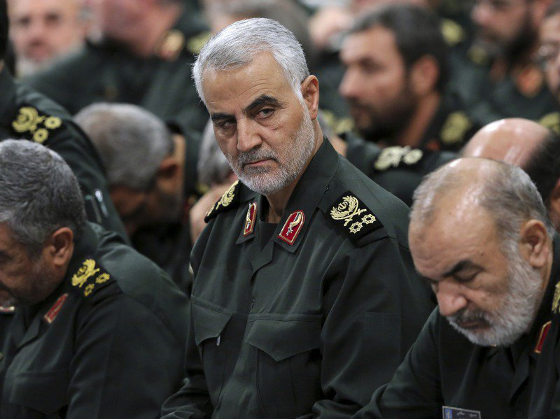 伊朗伊斯蘭革命衛隊精銳部隊「聖城旅」指揮官蘇雷曼尼(中)去年1月3日遭美軍無人機刺殺。在他遇刺周年前夕,美伊緊張關係升高。美聯社