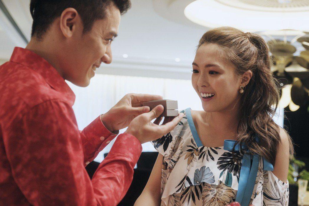 黃沐妍(小豬)(右)在「戒指流浪記」中愛上渣男邱志宇。圖/HBO Asia提供