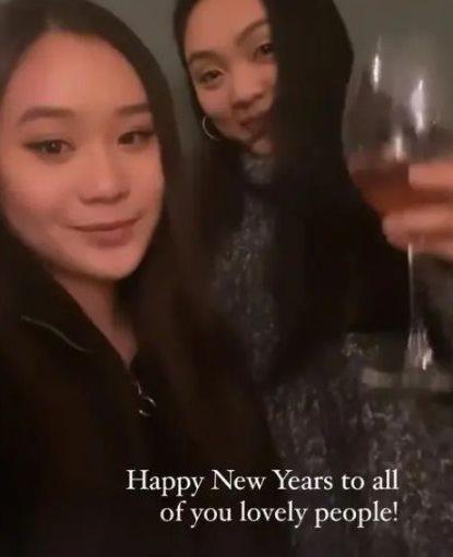 李連杰的2個女兒Jane(右)、Jada(左)在美國念書,隔空為媽媽利智慶生。圖...
