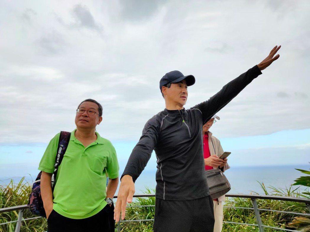 翁家明擔任金瓜石觀光大使,特別擔任導遊帶朋友一遊。圖/民視提供