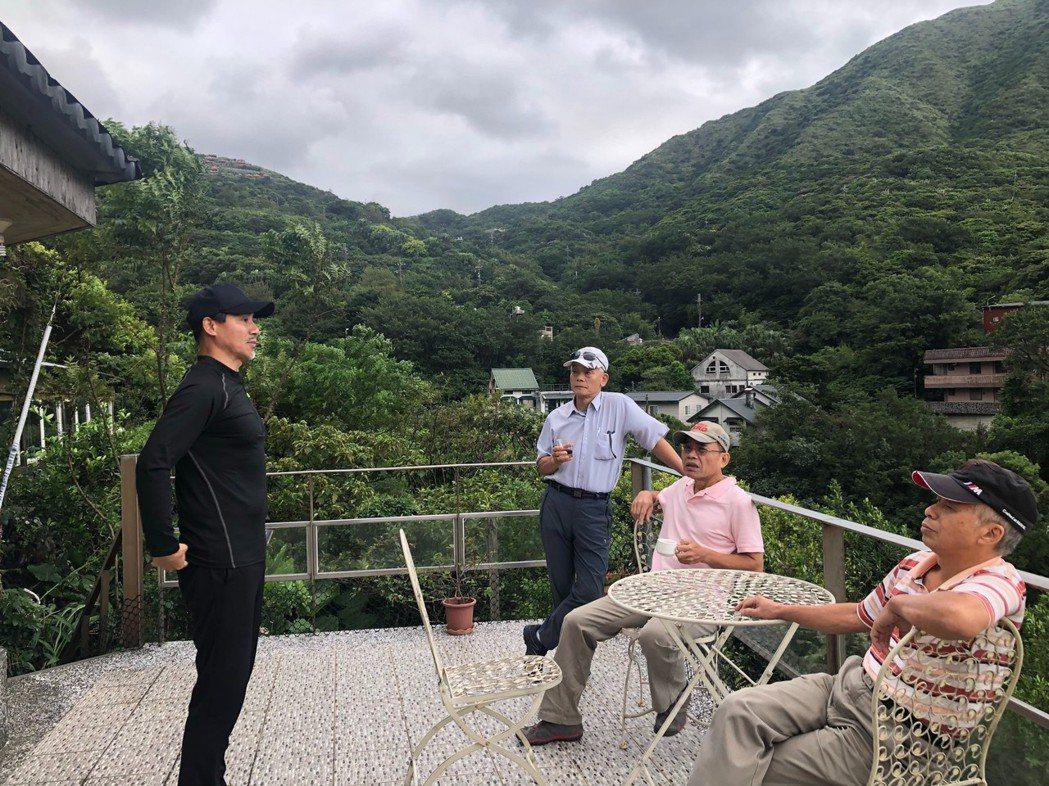 翁家明(左)帶台北友人到金瓜石一日遊。圖/民視提供