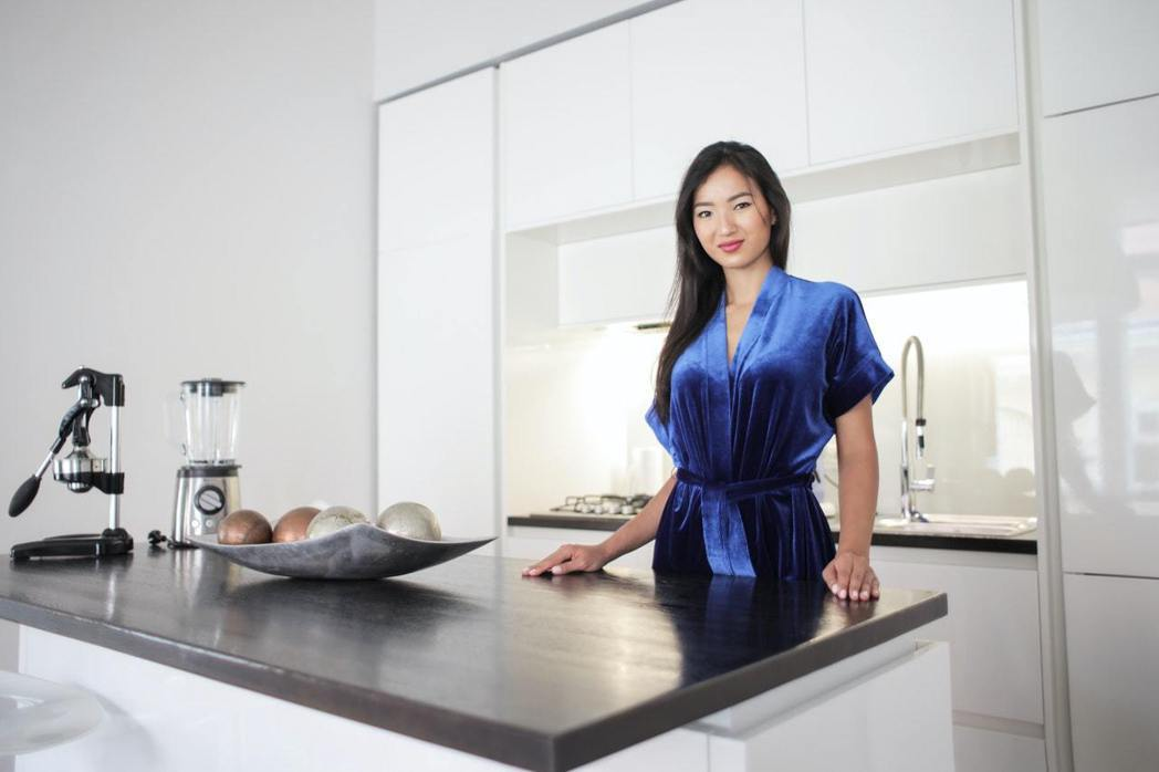 簡潔明亮的廚房,還考慮到廚櫃門板採用容易清潔的材質。圖/摘自pexels