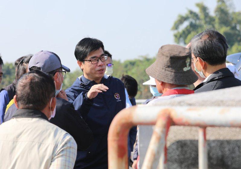 高雄市長陳其邁(中)今年要增加對高市漁民參加漁民保險的補助。圖/翻攝陳其邁臉書
