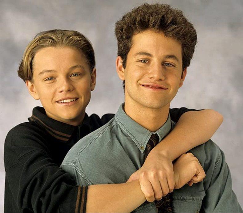 李奧納多狄卡皮歐(左)小時曾參與「歡樂家庭」演出,寇克卡麥隆是主角。圖/摘自im