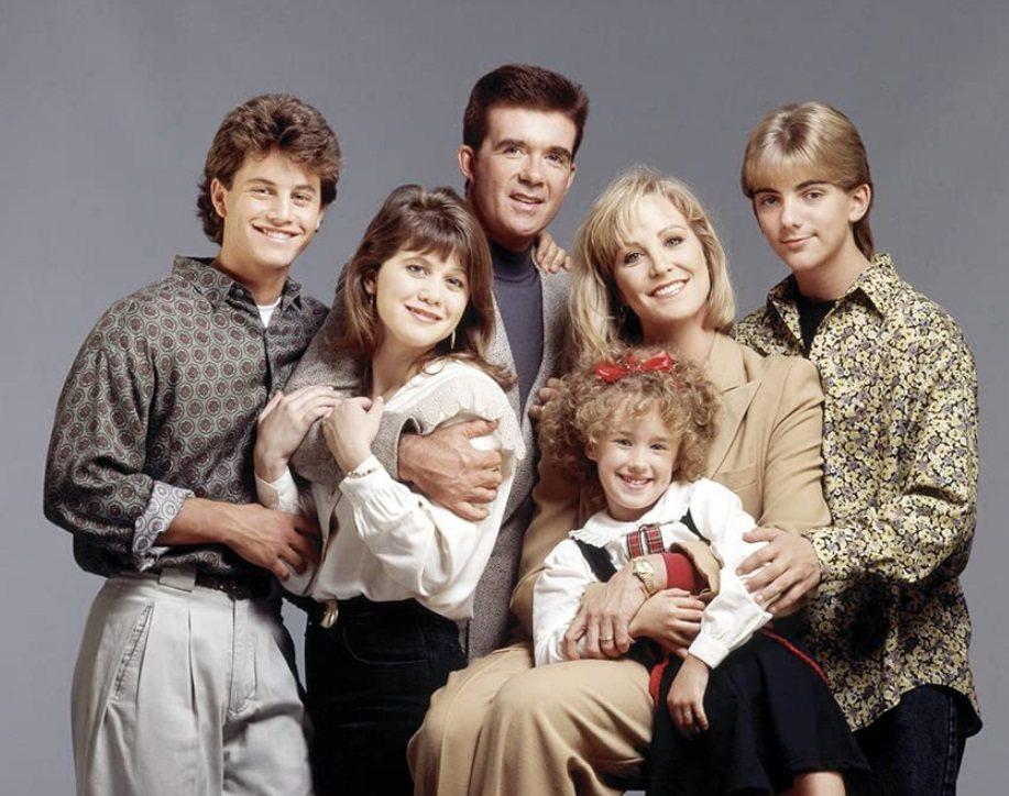 「歡樂家庭」在美廣受歡迎,寇克卡麥隆(左一)迅速走紅。圖/摘自imdb