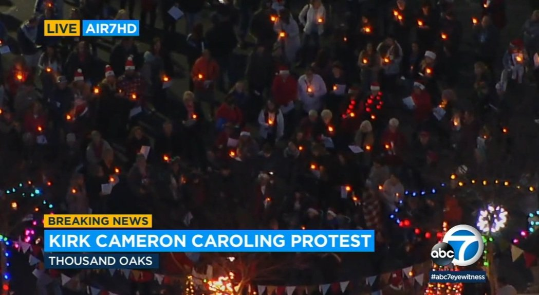 上百人群聚祈福,幾乎都沒戴口罩。圖/摘自ABC