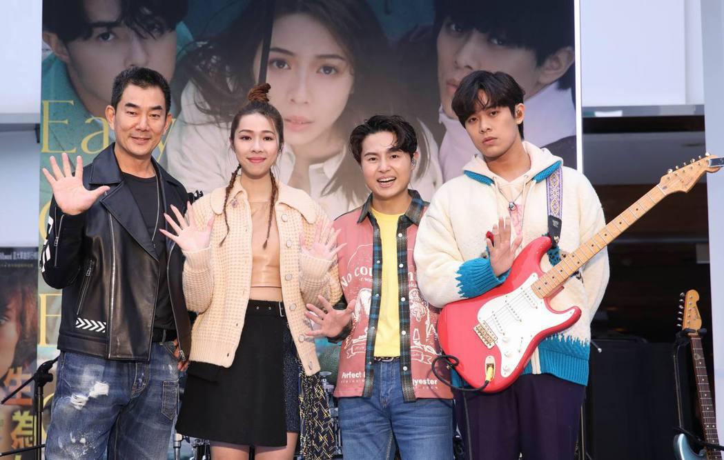 任賢齊(左)不畏寒風挺告五人首場簽唱會。圖/相信音樂提供