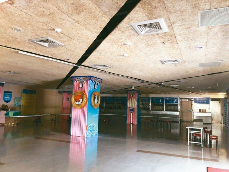 金門水頭旅客服務中心因小三通暫停而熄燈,現在大樓內空無一人。記者蔡家蓁/攝影