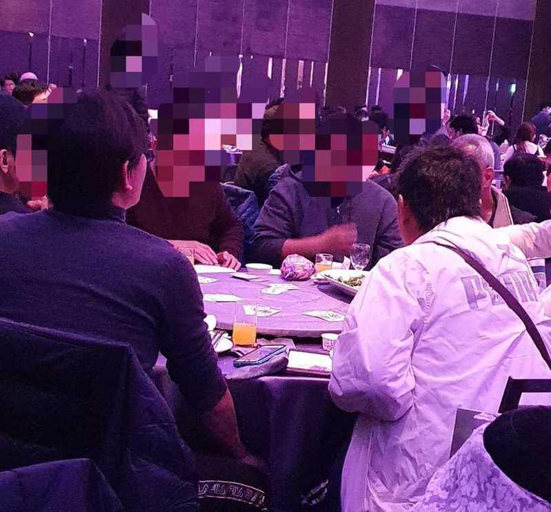 網友吃喜酒到一半,竟發現隔壁桌賓客在玩撲克牌。圖擷自facebook
