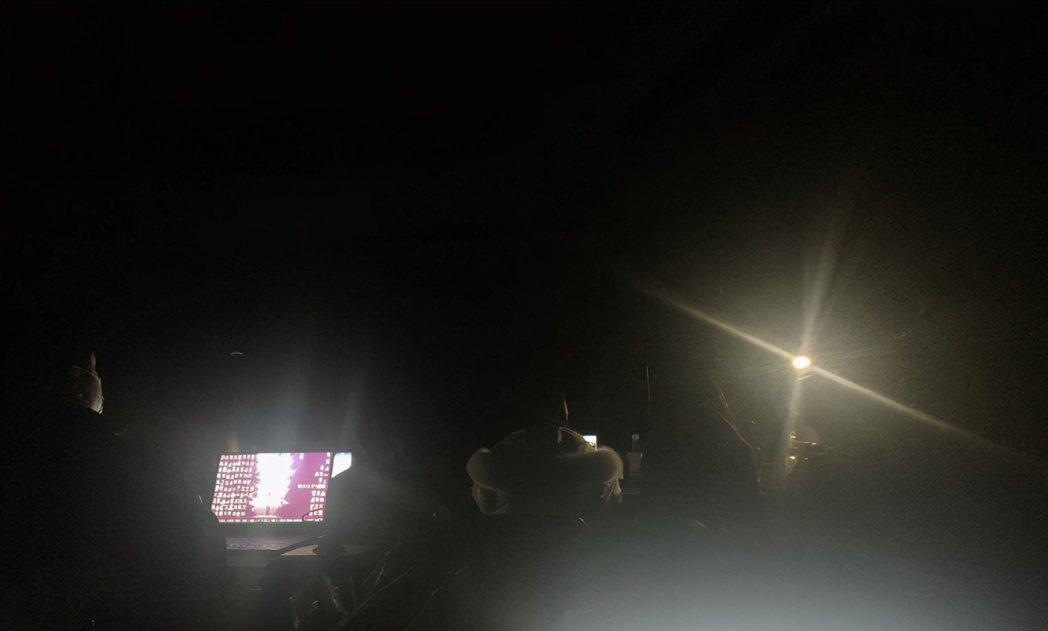 《英雄聯盟》LPL於 1 日舉辦全明星賽,賽事進行到一半卻突發停電,現場黑漆漆一...