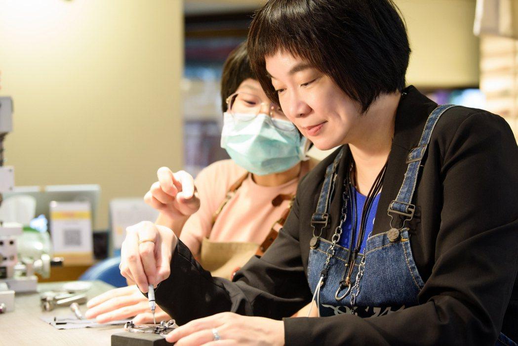 台南晶英酒店總經理李靖文親身體驗眼鏡匠師手做魅力。 業者/提供
