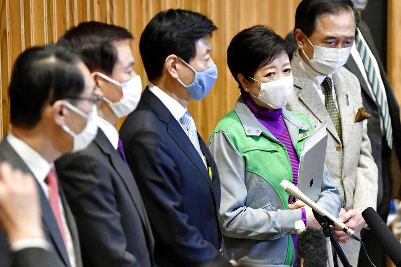 東京都知事小池百合子(右二)向日本政府請求發布緊急事態宣言,宣布東京再度進入緊急狀態。 美聯社
