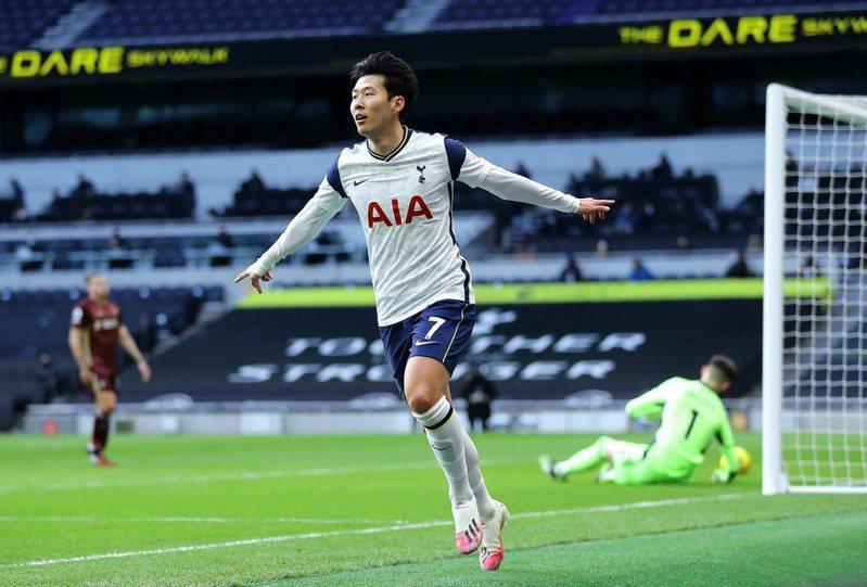 南韓球星孫興慜轟進代表熱刺的生涯百球,本賽季暫居射手王次席,榮耀都是由背後艱辛訓練而造就的。(photo from Tottenham Hotspurs Facebook Fanpage)