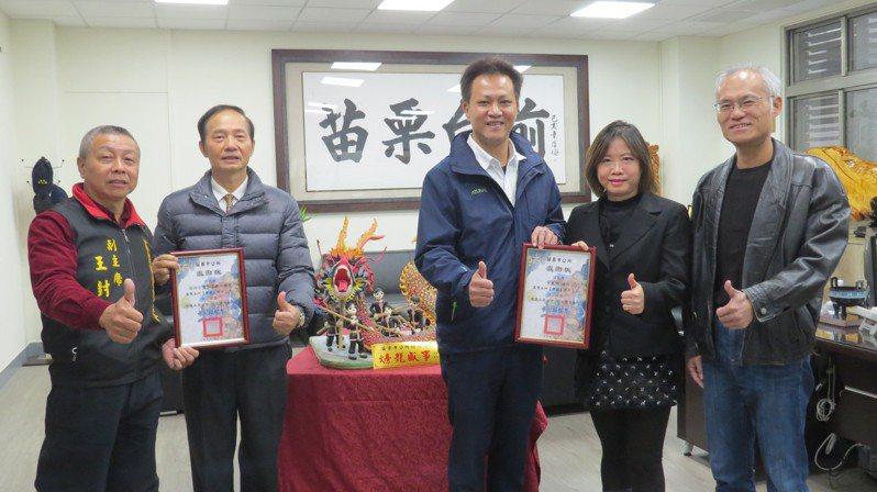 亞洲台灣客家聯合總會跨海支持苗栗火旁龍,捐贈苗栗市公所「火旁龍盛世」創作。記者范榮達/攝影