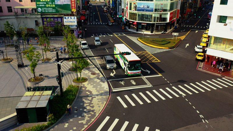 新竹市府交通處啟動市中心1平方公里、42處路口的纜線地下化工程,歷經一年工期,今宣布42處重要幹道路口、共計4萬8千平方公尺的纜線地下化工程正式完工。圖/新竹市政府提供