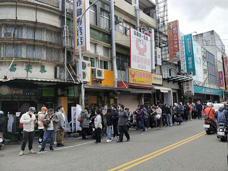 台東街頭在連假前2天經常出現大排長龍的景象。記者施鴻基/攝影