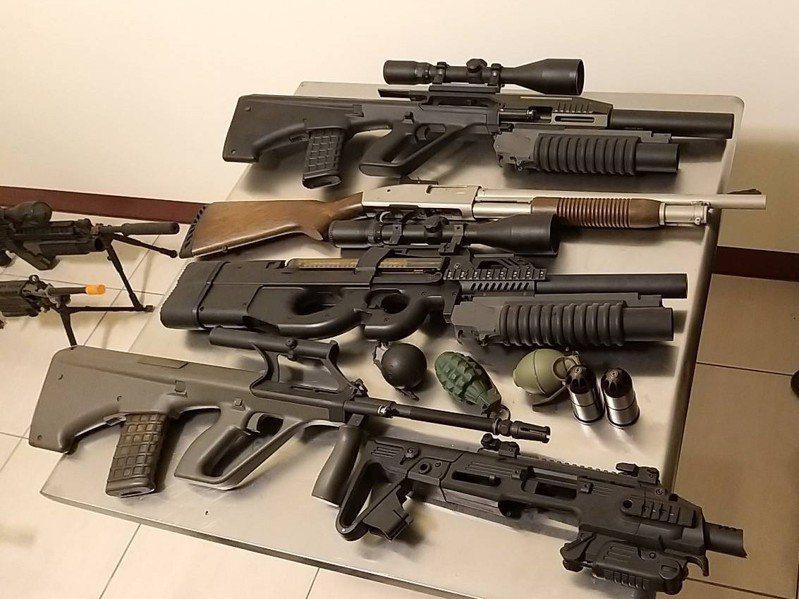 華嫌在影片秀出大批槍枝,人稱「軍火網紅」,刑事局2日晚間攻堅逮人,起獲影片中槍枝。記者廖炳棋/翻攝