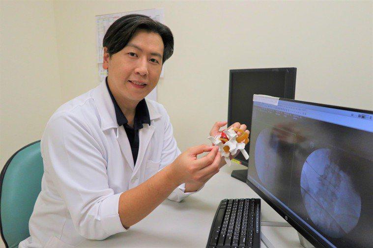骨科醫師黃鼎鈞指出,核磁共振對脊椎過於敏感,容易產生偽陽性,造成很多節都有骨刺而...