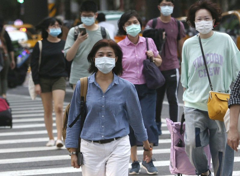 台北街頭,許多人戴著口罩。美聯社