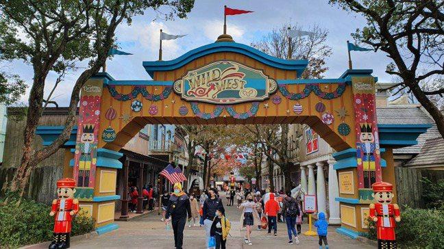 農曆春節連假,國內前五大知名觀光遊樂園業者認為,在人數控管這個部分,對於業績有影...