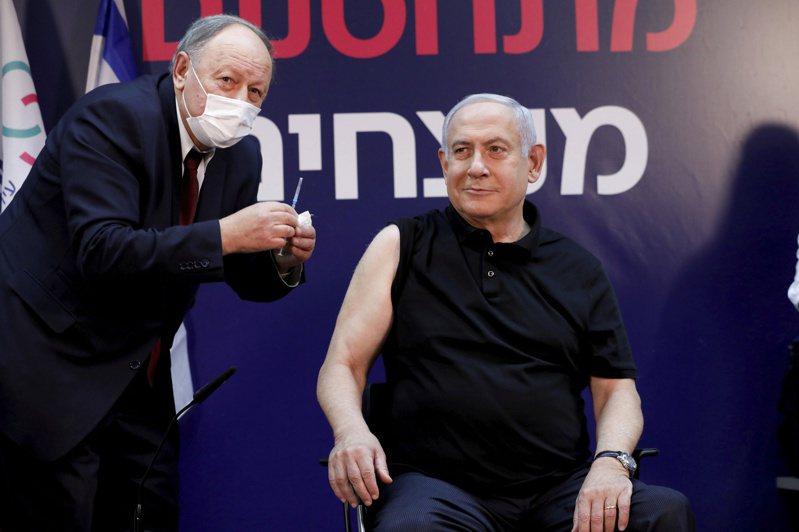 以色列總理內唐亞胡上月19日在拉馬干市的一個醫學中心,率先接種新冠疫苗。以國至今已有超過90萬人完成接種。路透