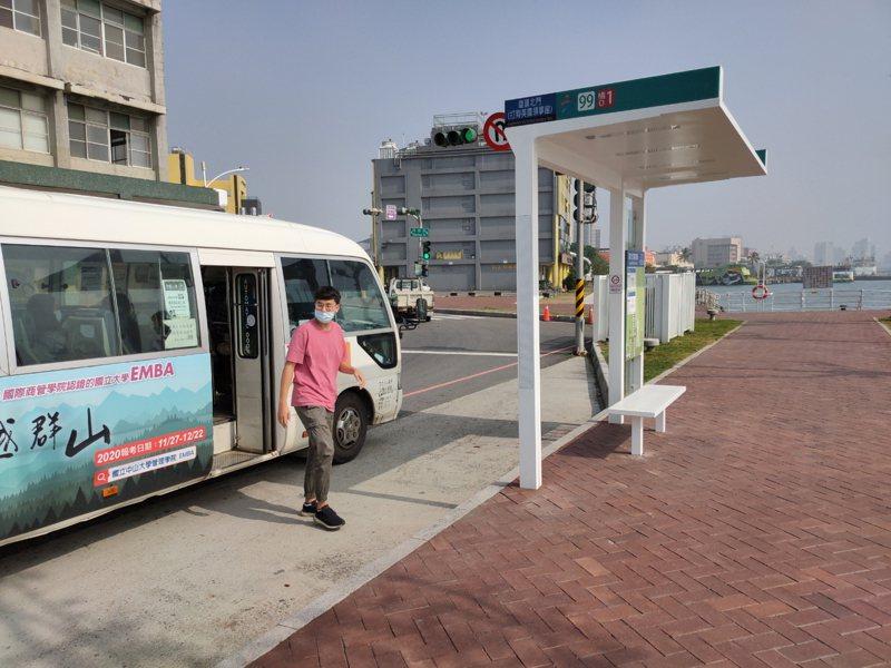高雄市交通局持續建置新的公車候車亭,改善候車環境。圖/高雄市交通局提供