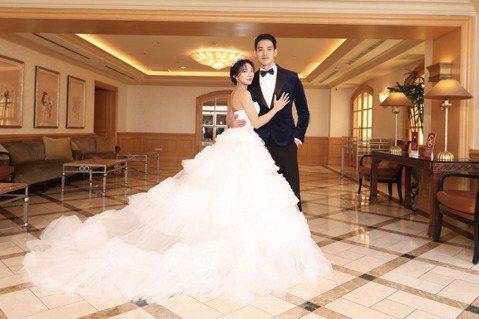 38歲的黃立(原名:黃柏鈞)號稱「台版金宣虎」,3日與小13歲韓籍女友Addlyn Kim舉辦婚禮,成為2021年第一位舉辦婚禮的藝人,他透露,原訂去年年初辦戶外婚禮娶小,因疫情而延宕了一年,決定以...