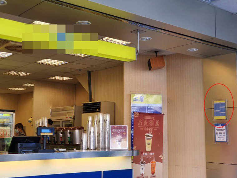 手搖店含糖標示在店門角落。記者楊雅棠/攝影