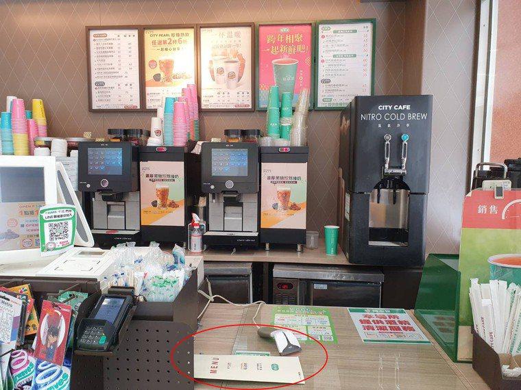便利商店飲品總熱量標示採摺頁方式置於櫃檯角落。記者楊雅棠/攝影