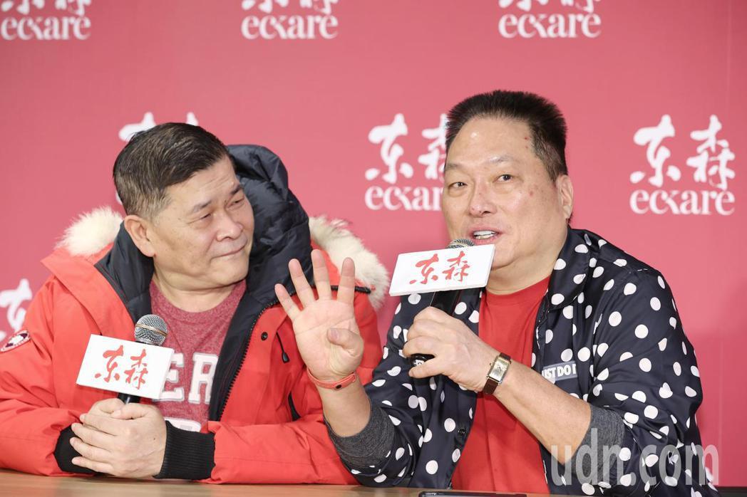 東森集團總裁王令麟(右)表示,自己曾坐牢四次但仍東山再起,鼓勵澎恰恰(左)走出過