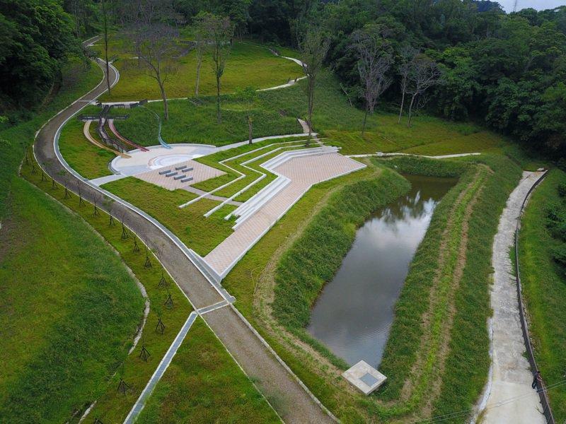 合興森林愛情園區工程採水土保持設施,創造出綠色減碳的生態園區,更規畫了親子喜愛的溜滑梯及沙坑。圖/新竹縣政府提供