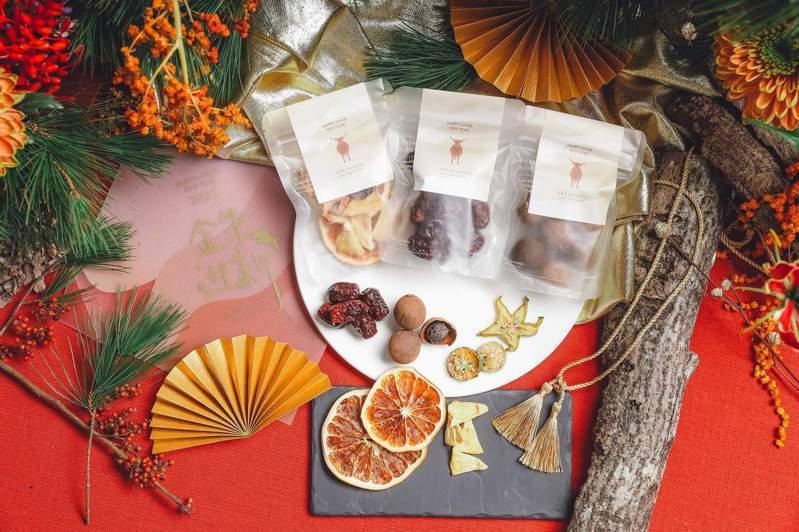 小草作所推出的「金牛迎新」禮盒,內含多種果乾、花茶等內容。圖/小草作提供
