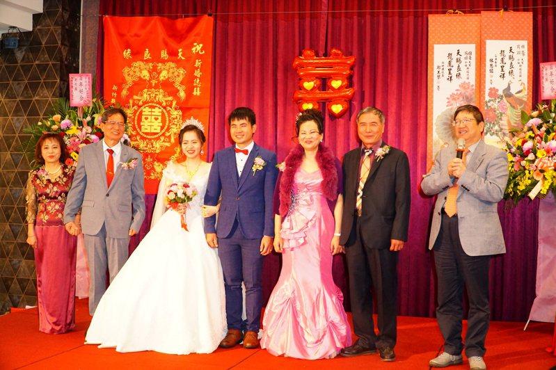 擔任證婚人的縣長楊文科(右一)為新人獻上祝福。記者陳斯穎/攝影