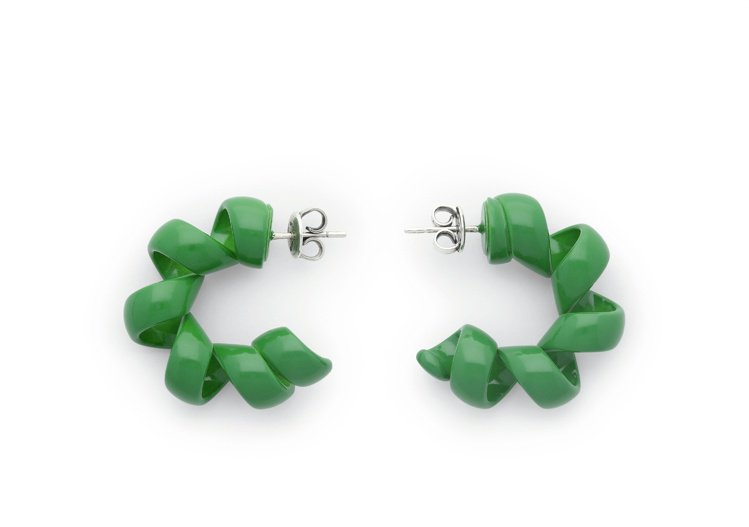 曲狀草綠琺琅純銀耳環,23,900元。圖/Bottega Veneta提供