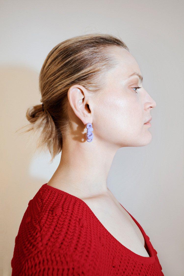 Bottega Veneta今年早春1號衣櫥新品當中,有一系列外觀很像「電話線」...