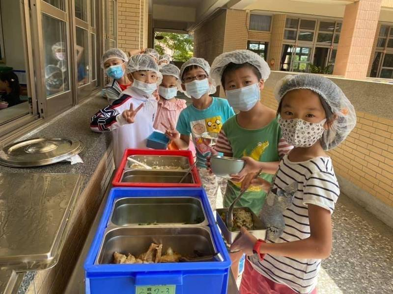 台中市300多校午餐防萊豬,採購萊劑試劑給各校自主把關,讓學校隨時隨機抽檢。圖/台中市府提供